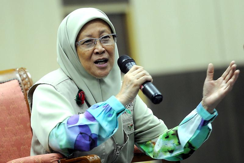 Dr Fauziah was awarded the 'Serikandi Al-Azwar' (Iron Angel) award and RM5,000 cash by the Terengganu government for her participation in the 'Women's Boat to Gaza' (WBG). Photo credit: Bernama/Malay Mail Online