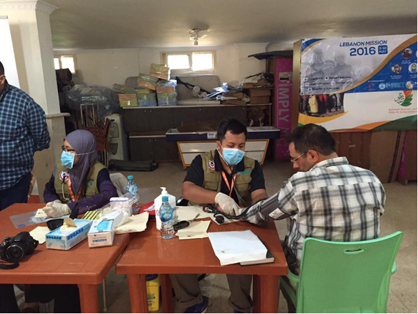 Dr Ahmad Munawwar Helmi and Dr Azlin (IMARET Exco) providing medical check-up for Syrian refugees at the border of Lebanon-Syria during the Lebanon Mission in 2016. Photo credit: Dr Ahmad Munawwar